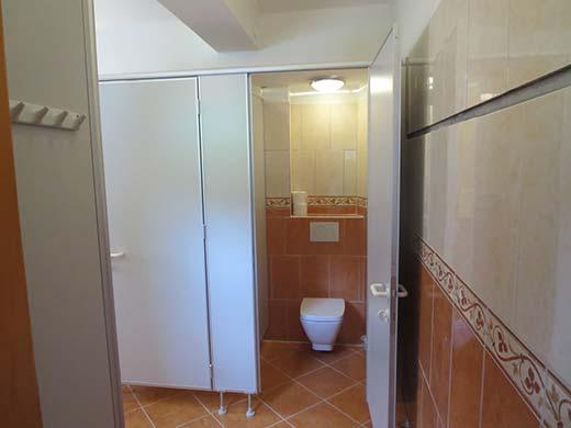 De badkamer op de begane grond