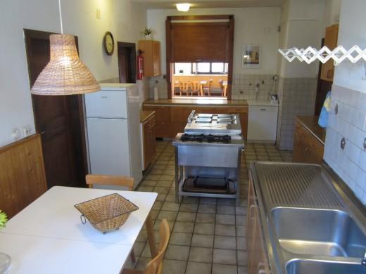 De keuken, ruim genoeg en voorzien van alle apparatuur
